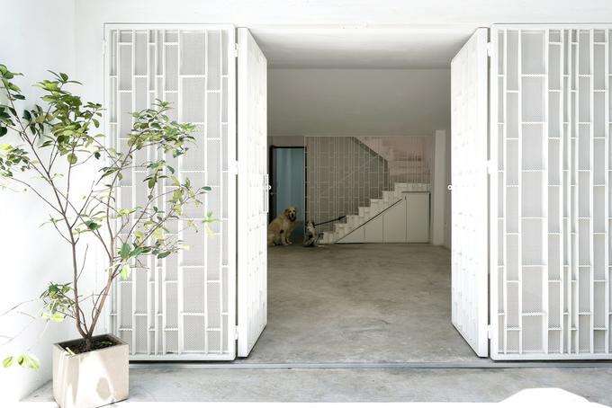 Trong nhà có 2 người trẻ sinh sống cùng các thú nuôi nên cần một không gian sống thoáng rộng. Gia chủ cũng cần nơi chơi nhạc, phòng tập gym.