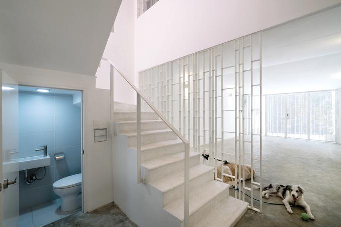 Giải pháp cải tạo đơn giản và kinh tế nhất được đưa ra là giữ nguyên vị trí thang cũ nhưng đập bỏ hết các bức tường. Thay vào đó là những khung họa tiết bằng sắt kết nối không gian trước, sau ở mỗi tầng.