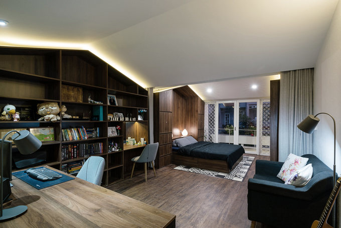 Các mảng tủ tường được thiết kế giống hình ngôi nhà với tông màu nâu ấm giúp tạo cảm giác ấm cúng.
