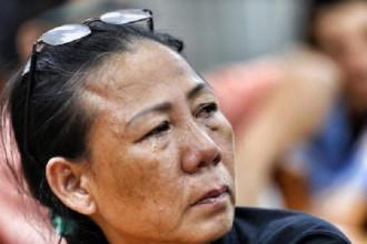 Cư dân Thủ Thiêm trào nước mắt khi trình bày bức xúc với Đoàn ĐBQH TP.HCM. Ảnh: Tuổi trẻ
