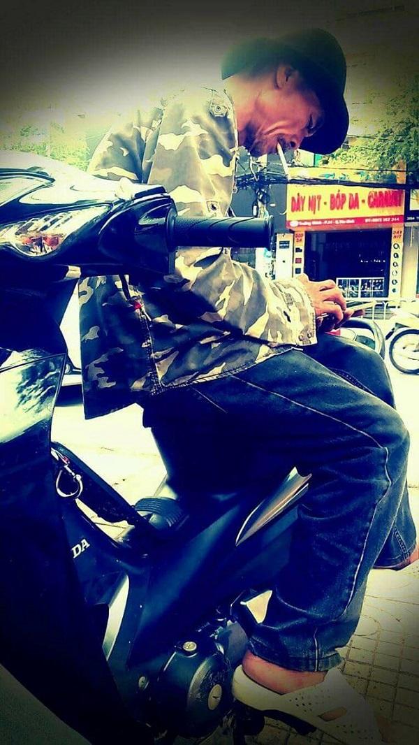 Một ngày bình thường của ông Hoàng là cùng vợ bán áo mưa và nón bảo hiểm ở quận Tân Bình