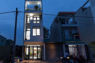 Sở hữu khu đất rộng 60 m2 ở quận 9 (TP HCM), anh Khánh muốn xây nhà cho gia đình hai vợ chồng, hai con nhưng không có nhiều kinh phí. Bởi vậy, anh đưa ra yêu cầu xây một không gian ở thoải mái, thông thoáng, thêm chút mảng xanh mà không cần phải quá cầu kỳ.