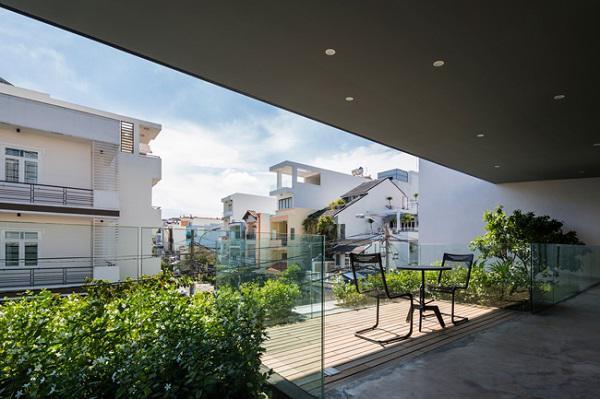 Căn biệt thự được xây dựng trên mảnh đất rộng 247m2, tọa lạc trong một khu dân cư đông đúc với những ngôi nhà cao tầng san sát ở Thành phố Hồ Chí Minh.
