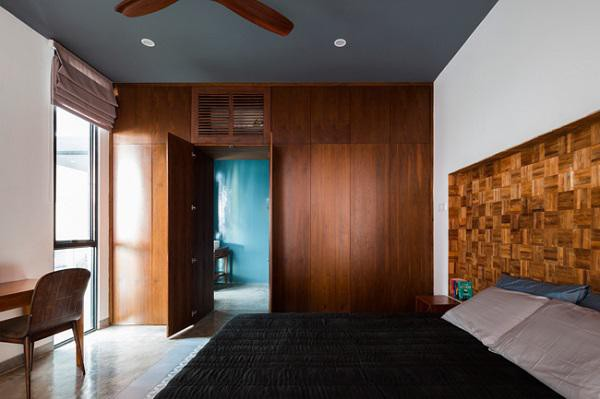 Phòng ngủ chính được đặt ở phía sau nhà, tách biệt hoàn toàn với mặt đường ồn ã.