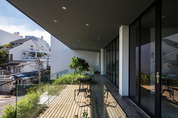 Ban công lớn với mái che rộng, được trồng rất nhiều cây xanh, mang đến không gian sống thân thiện với thiên nhiên.
