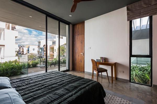 Hệ thống cửa sổ bằng kính kéo dài từ trần tới sàn giúp căn phòng luôn ngập tràn ánh sáng.