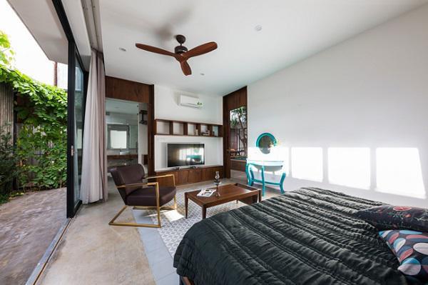 Mái hiên rộng giúp hạn chế sức ảnh hưởng của ánh nắng tới phòng ngủ, hệ thống cửa kính mang đến tầm nhìn tuyệt đẹp cho cả 2 phòng.