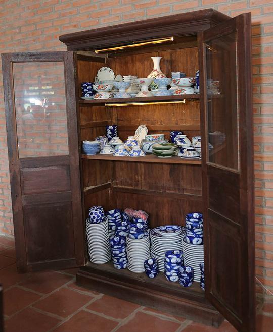 Hoàng Mập hào hứng khoe bộ gốm sứ Bát Tràng được bạn thân là danh hài Việt Hương tặng.