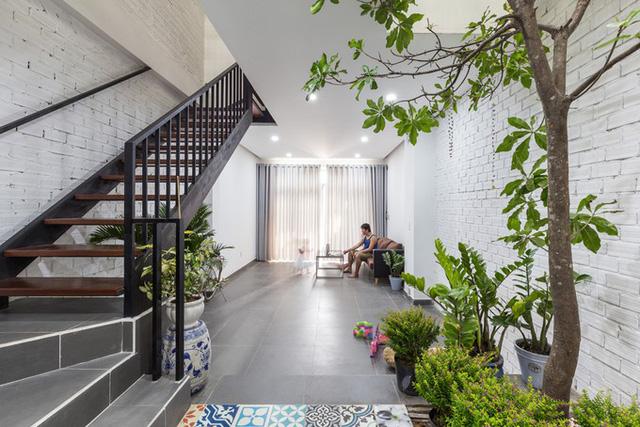 Ngôi nhà dạng ống nằm giữa các lô đất san sát và đối diện nhau. Bởi vậy, KTS Huỳnh Ngọc Toàn (Công ty kiến trúc xây dựng Alla) đưa ra giải pháp mở không gian bên trong, lấy sáng từ giếng trời giữa nhà.