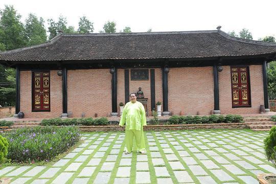 Toàn bộ được thiết kế giống một căn nhà hơn 100 năm tuổi ở Nam Định mà Hoàng Mập từng ghé thăm. Vách tường, nền nhà được xây bằng gạch, các cột và cửa làm bằng gỗ lim, gỗ huỳnh đàn…