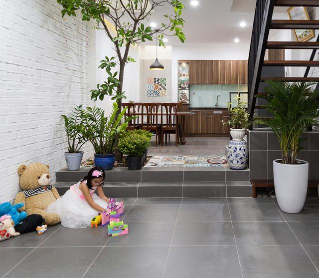 Khu vực thông tầng vừa giải quyết sự thông thoáng đối lưu cho các phòng trên tầng vừa là góc vườn yêu thích của các thành viên trong nhà.
