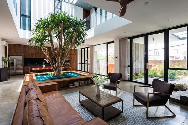 Tận dụng lợi thế đất rộng, các kiến trúc sư đã thiết kế cho toàn bộ ngôi nhà xây bao xung quanh một khoảnh sân trong, mang lại nhiều ánh sáng tự nhiên.