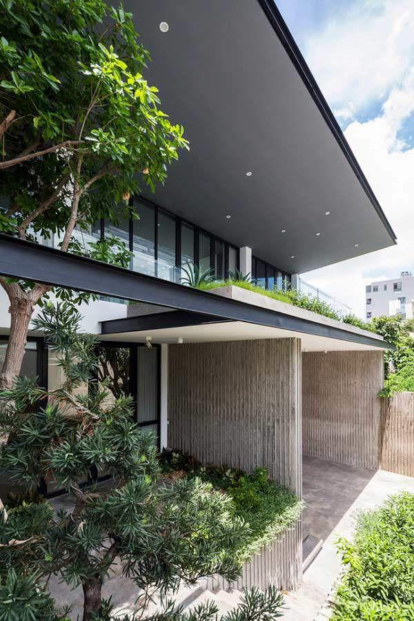 Nhà được thiết kế quay mặt về hướng Tây, các kiến trúc sư đã sử dụng một tấm chắn nắng tự động điều khiển theo hướng mặt trời, giúp ngôi nhà luôn thoáng mát , đồng thời kiểm soát được ánh nắng trực tiếp chiếu vào trong.