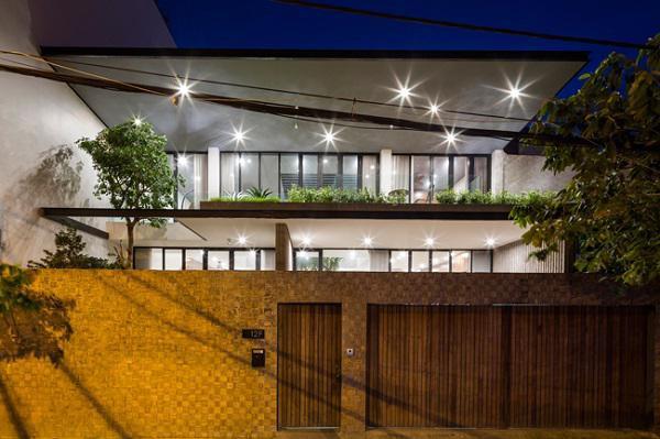 Hàng rào tường phía trước cùng với cây cối xanh mướt mắt tạo sự riêng tư cần thiết cho gia chủ.