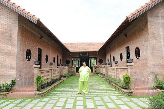 Hiện tại, Hoàng Mập và vợ con vẫn sống ở TP HCM để thuận tiện cho công việc và việc học của 2 cô con gái. Nhưng dù bận rộn thế nào, cuối tuần anh vẫn về Đồng Nai thăm bố mẹ vợ và chăm sóc vườn tược.