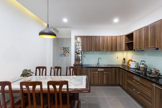 Chưa đủ kinh phí làm nội thất nên gia chủ tận dụng nhiều đồ đạc từ nhà cũ. Bởi vậy, kiến trúc sư sử dụng chủ yếu tông màu trắng, xám cho ngôi nhà và đóng tủ kệ có tông màu phù hợp với nội thất cũ.