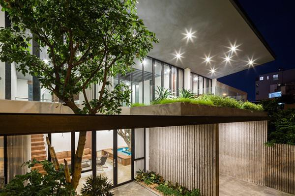 Nằm tại khu vực nắng nóng quanh năm, các kiến trúc sư đã sử dụng mái 2 lớp và giếng trời có thể đóng mở, giúp cách nhiệt, thông gió, thông sáng mà vẫn đảm bảo ánh nắng mặt trời gay gắt không ảnh hưởng tới nội thất ngôi nhà.