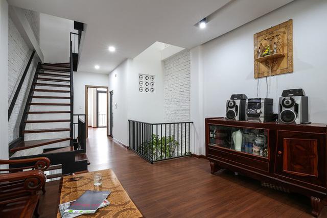Khoảng giếng trời nhỏ nhưng được bố trí hợp lý và thang nằm gọn sát tường giúp ngôi nhà có bề ngang 4m trông rộng hơn thực tế.