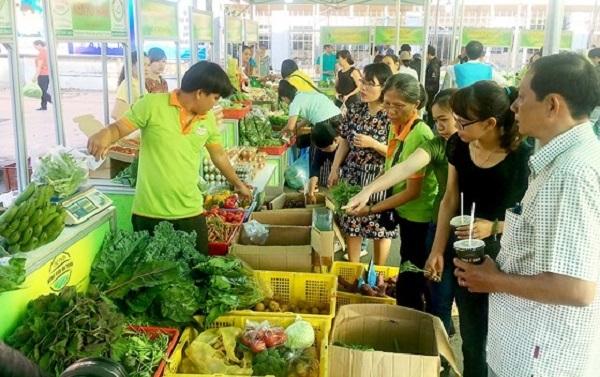 Nhiều người đến chợ phiên mua sắm thực phẩm sạch, an toàn