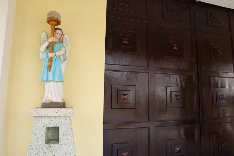 Tượng trước nhà thờ Thủ Thiêm. Ảnh: Quỳnh Trang