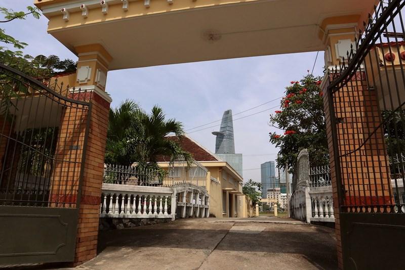 Từ sân tu viện Dòng Mến Thánh giá Thủ Thiêm nhìn sang quận 1. Ảnh: Quỳnh Trang