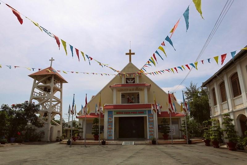 Một góc nhà xứ và Nhà thờ Thủ Thiêm. Ảnh: Quỳnh Trang