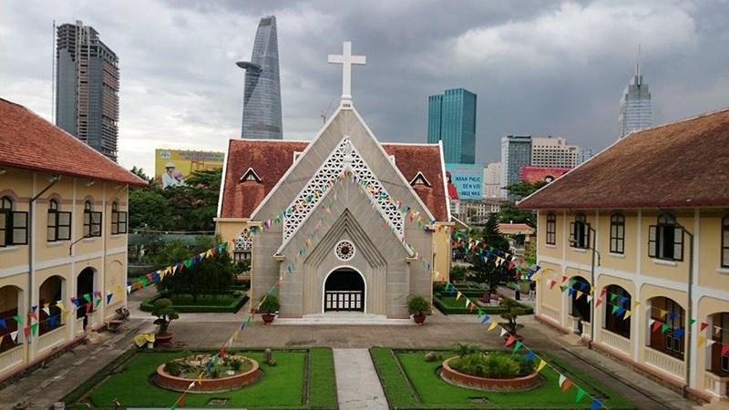 Dòng Mến Thánh giá Thủ Thiêm nhìn từ bên trong hướng ra quận 1 (TP.HCM). Ảnh: Facebook