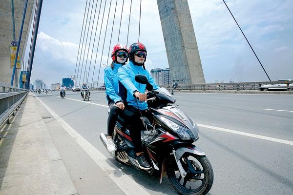"""Áo bảo hiểm """"made in Việt Nam"""" nhẹ nhàng như một áo khoác chống nắng, có 3 size S, M, L, khá thời trang và tiện sử dụng"""