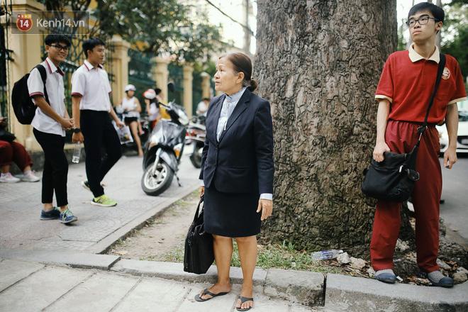 Hình ảnh người phụ nữ lớn tuổi với mái tóc đã ngả màu, đứng trước cổng trường Trưng Vương ngóng chờ từng sĩ tử khiến nhiều người tò mò.