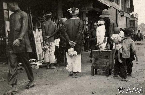 Người dân đi lại trên một con phố buôn bán ởSài Gòn-Chợ Lớnnăm 1925.