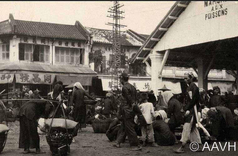 Người dân mua bán nhộn nhịp tại chợ cá ở đầu đường Tổng đốc Phương (nay là đường Châu Văn Liêm).