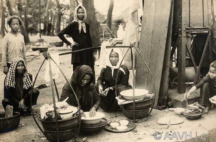 Các chị em đi chợ buôn bán.