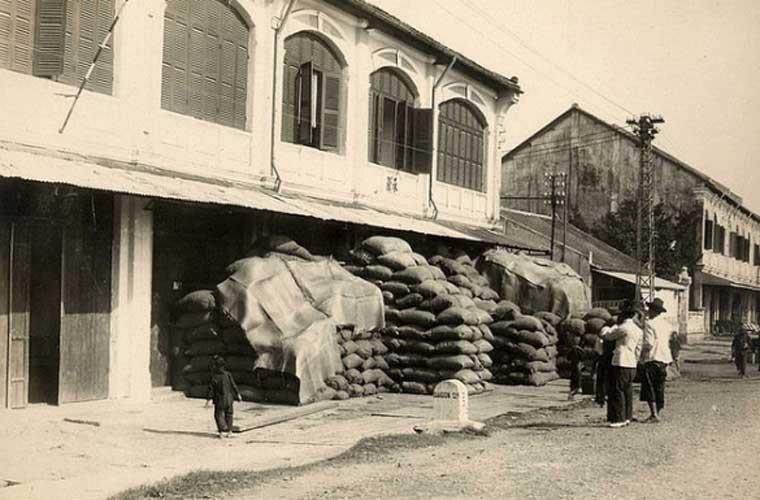 Các bao gạo chất đầy bên ngoài một đại lý bán gạo có tiếng ở khu Chợ Lớn.