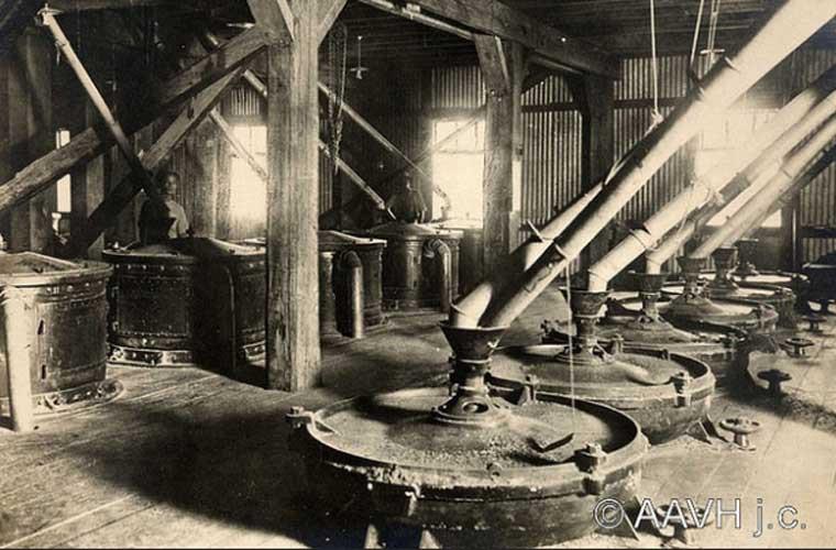 Các máy móc bên trong một nhà máy xay xát gạo ở Chợ Lớn.