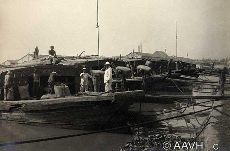 Các nhân công đang bốc vác gạo lên thuyền.