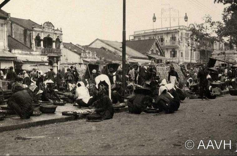 Các gánh hàng chợ bày bán ở phía sau Chợ Cá trên đường Tổng đốc Phương (nay là đường Châu Văn Liêm).