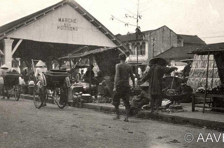 Khu chợ nhỏ họp trên vỉa hè ở vùng Chợ Lớn vào năm 1925. (Nguồn ảnh SG)