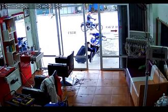 """Hình ảnh trích từ video do một camera an ninh ghi được. Một xe máy đậu không người không giữ đang bị một đối tượng trộm cắp tiếp cận. Cách đó chỉ khoảng 20 mét là đồng bọn sẵn sàng """"cản địa"""" và hỗ trợ tẩu thoát."""