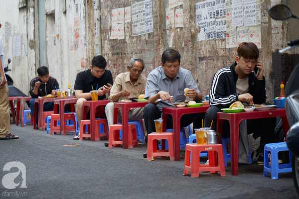 Tiệm bánh mì chảo nức tiếng có tuổi đời hơn 60 năm - nơi nhấm nháp một bữa sáng nhàn tản đậm chất người Sài Gòn - Ảnh 1.