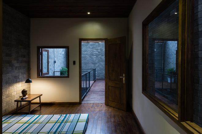 Phòng ngủ có lẽ là không gian được bài trí đơn giản nhất trong nhà khi rất hạn chế nội thất. Tuy nhiên nhờ những được tiếp cận với giếng trời và mặt tiền gạch thông gió mà các phòng ngủ đều có sự thư thái, thoáng đãng đúng chất nghỉ ngơi.
