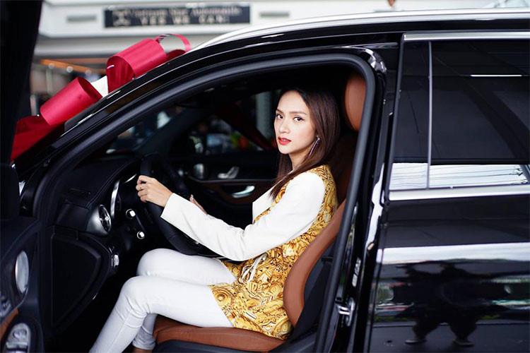 Bên trong nội thất, Mercedes GLC 300 của Hương Giang ấn tượng với khoang nội thất sáng trọng, điểm nhấn của nội thất chính là bảng điều khiển liền khối cùng toàn bộ chất liệu cao cấp làm từ da, gỗ và hợp kim nhôm. Ghế người lái và hành khách phía trước điều chỉnh điện, bộ nhớ 3 vị trí cho ghế trước, tay lái và gương chiếu hậu bên ngoài...