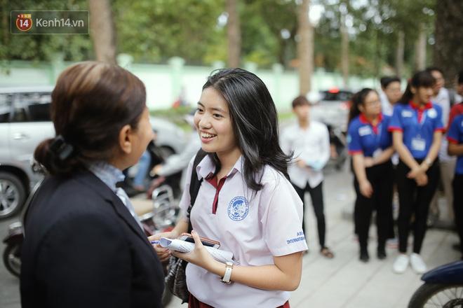 Nữ sinh cười rạng rỡ khi thấy cô Hoàng đứng trước điểm trường chờ học trò của mình.