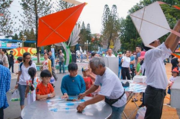 Các bé sẽ tự tay làm những con diều và thả lên bầu trời tại Lễ hội Diều diễn ra vào mỗi cuối tuần trong suốt mùa hè.