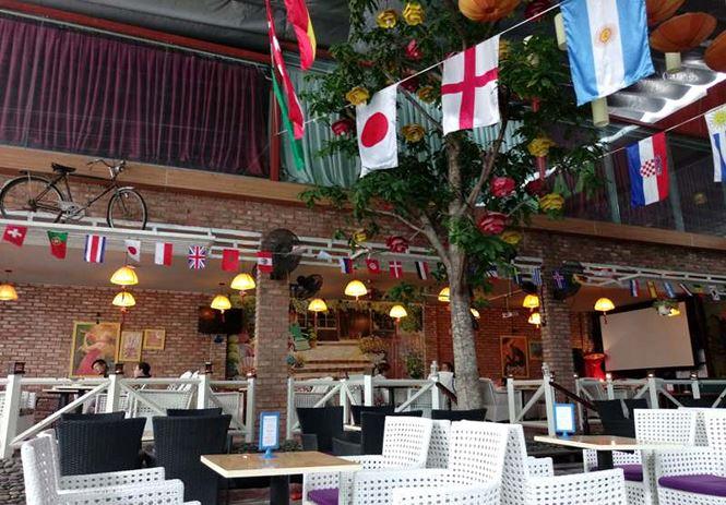 Nhà hàng, quán nước đều trang trí sặc sỡ đón mùa World Cup 2018