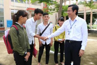 Thứ trưởng Bộ Giáo dục Đào tạo Nguyễn Văn Phúc có mặt tại một địa điểm thi để động viên thí sinh