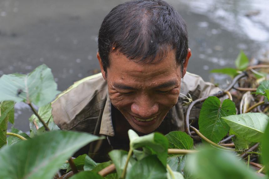 Anh Lê Tấn Đạt (33 tuổi) làm thợ may cùng anh Lê Văn Tuấn (37 tuổi) là công nhân. Hiện nay cả hai người nghỉ việc để ở nhà làm nông cùng bố mình.