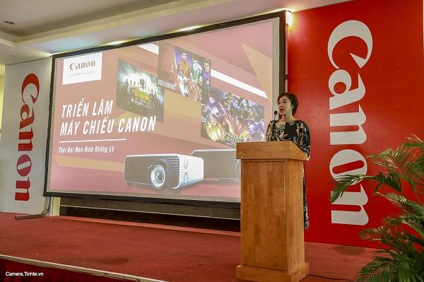 Bà Lê Thanh Hằng - Phó Giám Đốc Marketing và Truyền Thông Canon Marketing Vietnam đang phát biểu về định hướng của Canon khi tổ chức triển lãm về công nghệ máy chiếu.