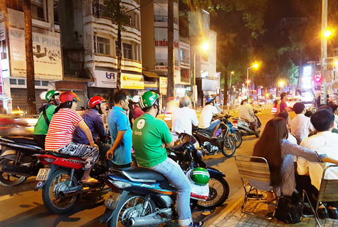 Những phút giây nóng bỏng, tiếng hô hào rần trời. Thậm chí người đi đường cũng tò mò, tấp xe vào lề đường... coi ké.
