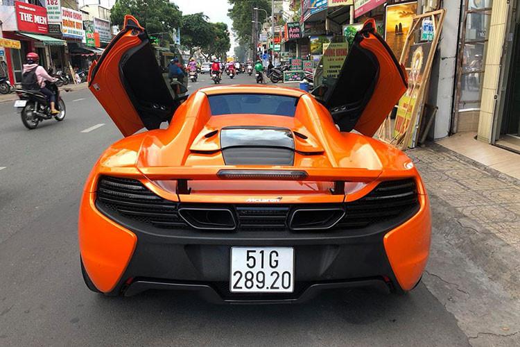 Phía sau của siêu xe này là hệ thống phanh hiệu năng cao và hệ thống treo thể thao đa chế độ. Giống những mẫu siêu xe từ trước tới nay của McLaren, 650S Spider cũng sở hữu cửa mở lật độc đáo...