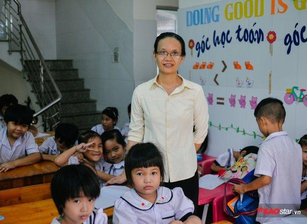 Cô Nhiệm (56 tuổi) là chủ nhiệm lớp 1.Từng là giáo viên tiểu học, khi về hưu cô quyết về ngôi nhà chung này chỉ để dạy dỗ tụi nhỏ. Từ ngày đó đã cách đây 2 năm.